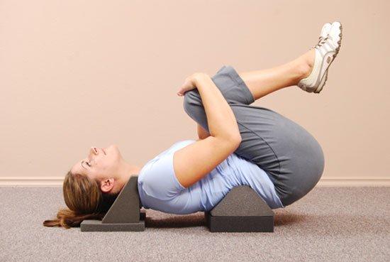 девушка подтягивает колени к животу (упражнение)