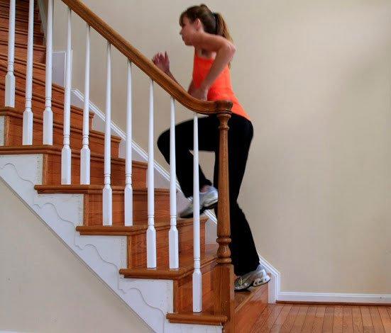девушка бегает по лестнице в своем доме