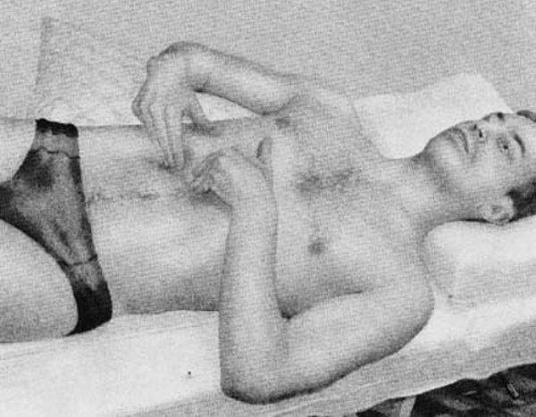 мужчина выполняет упражнение при грыже лежа на спине