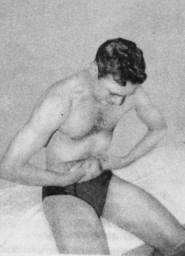 мужчина выполняет упражнение при грыже сидя