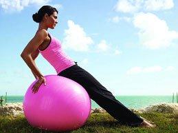 девушка выполняет упражнение на мяче