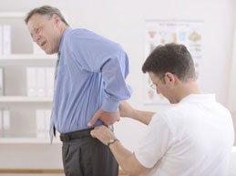 пациент с болью в пояснице на приеме у врача