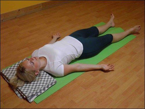 девушка лежит на коврике